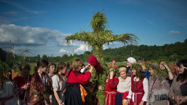 Участники языческого праздника летнего солнцестояния Ивана Купала на капище в Серпуховском районе Московской области