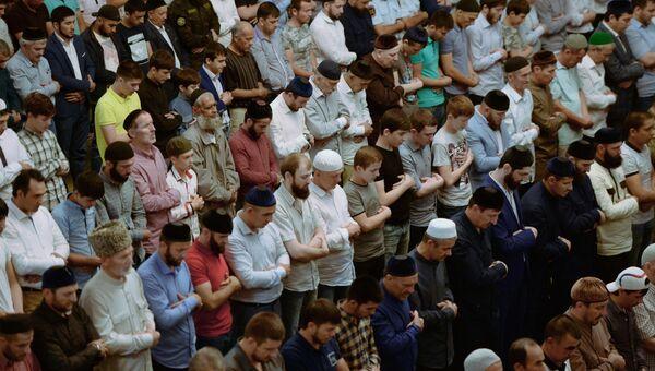 Мусульмане в мечети имени Ахмата Кадырова в Грозном в день праздника Ураза-байрам. 25 июня 2017