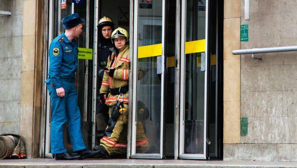 Сотрудники службы спасения МЧС РФ у станции метро Сенная площадь в Санкт-Петербурге, где произошел взрыв. Архивное фото