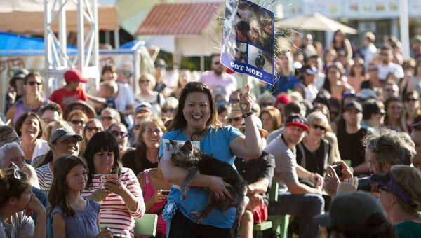 Метис брюссельского гриффона и мопса по кличке Мо во время конкурса на звание самой уродливой собаки в мире