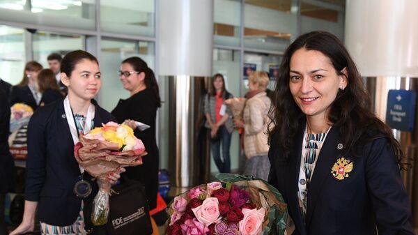 Члены женской сборной России по шахматам Александра Горячкина и Александра Костенюк во время встречи в аэропорту Шереметьево
