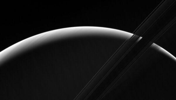 Кольца Сатурна на фоне восходящего Солнца