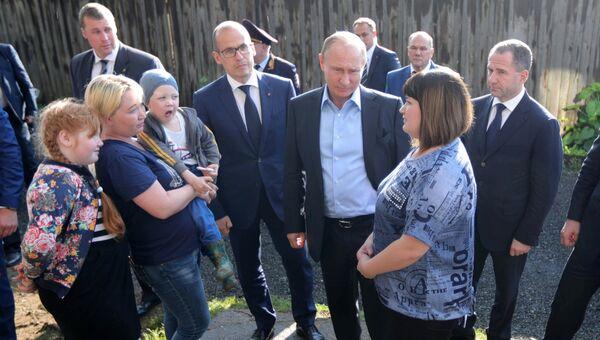 Владимир Путин во время посещения аварийного жилья семьи Анастасии Вотинцевой в Ижевске. 27 июня 2017