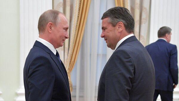 Президент РФ Владимир Путин и министр иностранных дел Германии Зигмар Габриэль во время встречи. 29 июня 2017