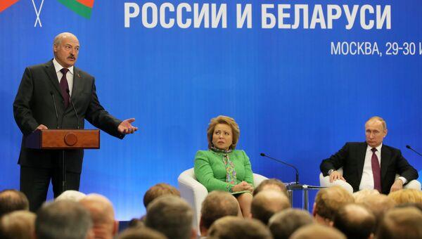 Президент РФ Владимир Путин и президент Белоруссии Александр Лукашенко на форуме регионов России и Беларуси