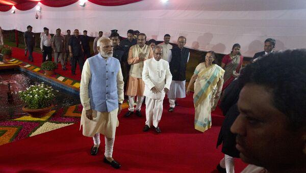 Премьер-министр Индии Нарендра Моди и президент Индии Пранаб Мукерджи на полуночной сессии парламента, на которой приняли единый общенациональный налог. 30 июня 2017
