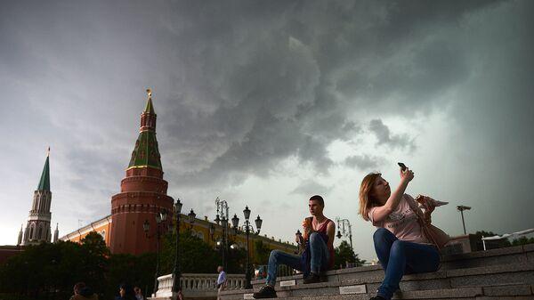 Горожане перед дождем в Москве