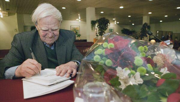 Писатель Даниил Гранин во время презентации своей книги Причуды моей памяти