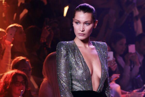 Американская модель Белла Хадид представляет коллекцию Александра Вотье на Неделе высокой моды сезона осень/зима 2017-2018 в Париже