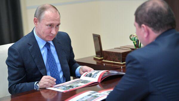 Президент РФ Владимир Путин и губернатор Орловской области Вадим Потомский во время встречи. 6 июля 2017