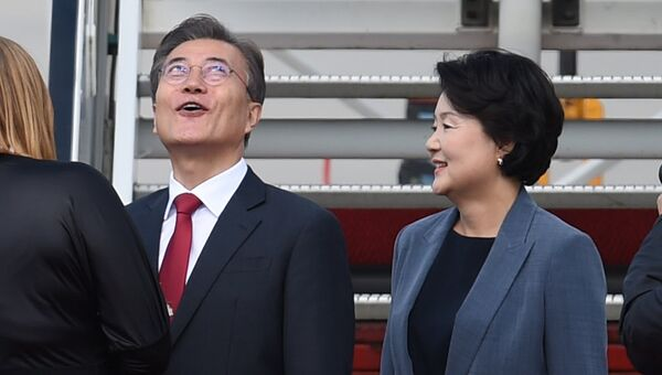 Президент Южной Кореи Мун Чжэ Ин с супругой в аэропорту Гамбурга