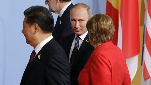 Владимир Путин и Ангела Меркель на церемонии совместного фотографирования глав делегаций государств-участников Группы двадцати G20. 7 июля 2017