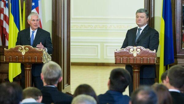 Президент Украины Пётр Порошенко и госсекретарь США Рекс Тиллерсон во время совместной пресс-конференции в Киеве. 9 июля 2017