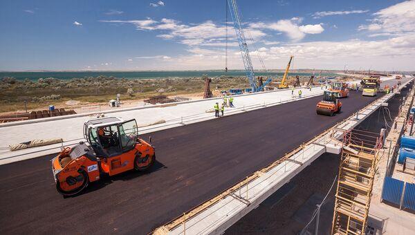 Укладка первого асфальта на пролете Крымского моста. 10 июля 2017