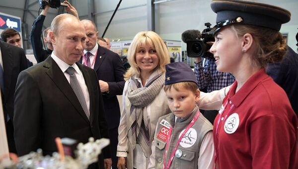 Президент РФ Владимир Путин на 8-й Международной промышленной выставке Иннопром - 2017