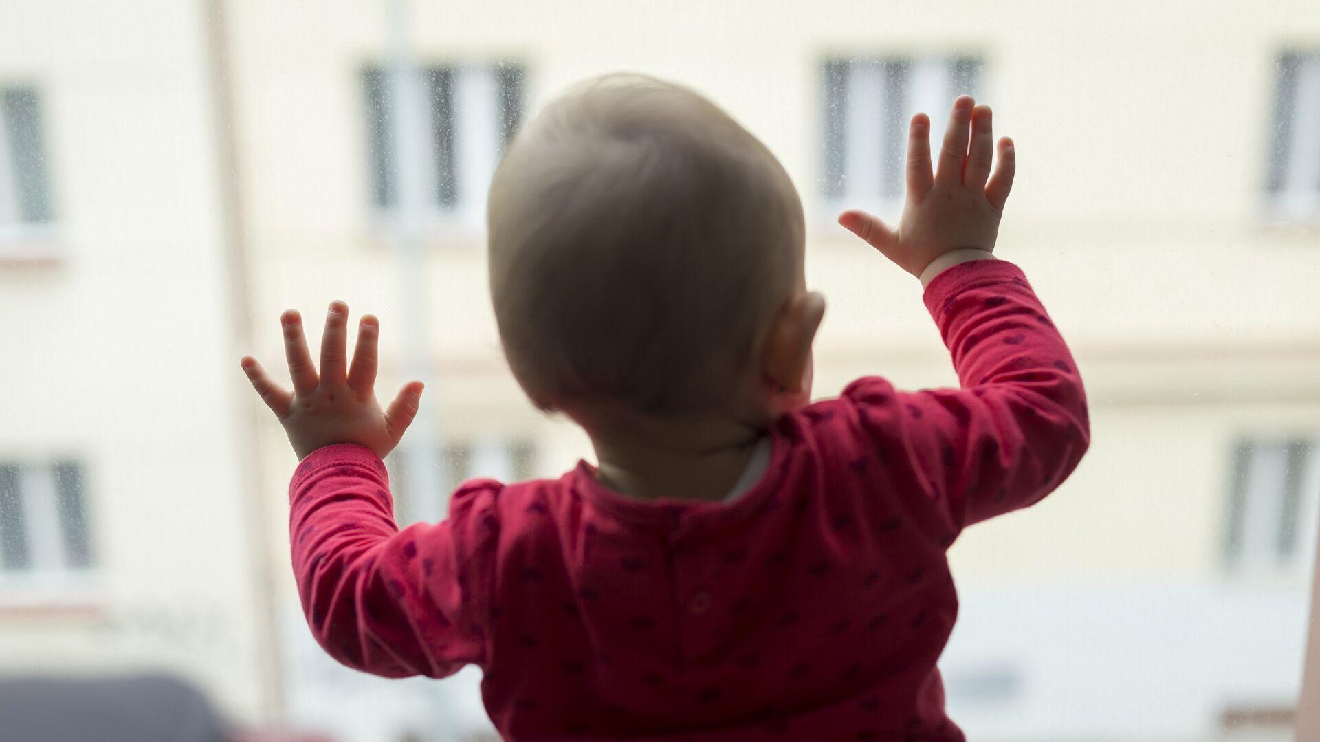 Ребенок у окна - РИА Новости, 1920, 25.05.2021