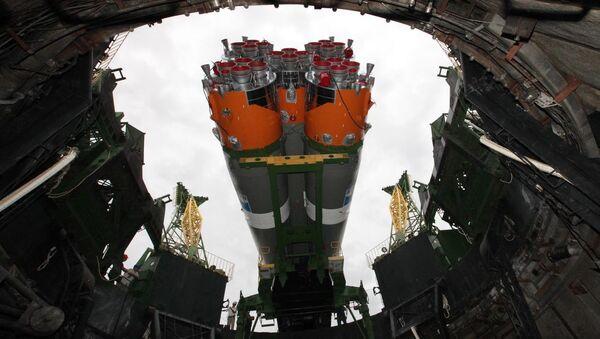 Установка ракеты-носителя Союз-2.1а  в пусковую систему стартовой площадки №31 космодрома Байконур