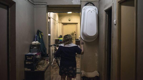 Женщина в коммунальной квартире в Москве