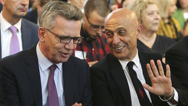 Министр внутренних дел Германии Томас де Майзиер, со своим итальянским коллегой Марко Миннити в Берлине 12 июля 2017