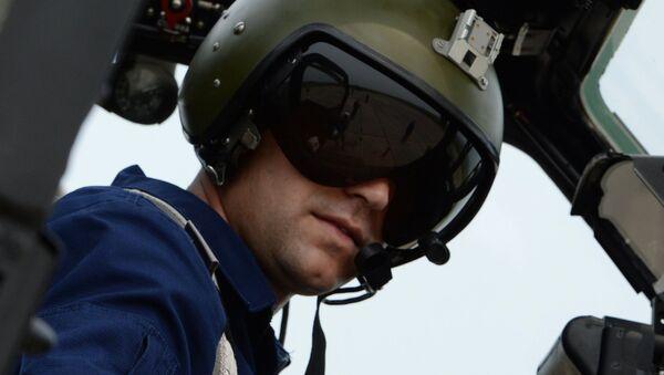 Командир в кабине вертолета Ми-28 во время учений отдельного вертолетного полка на аэродроме Черниговка в Приморском крае