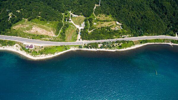 Дорога на черноморском побережье Краснодарского края в окрестностях поселка Лермонтово
