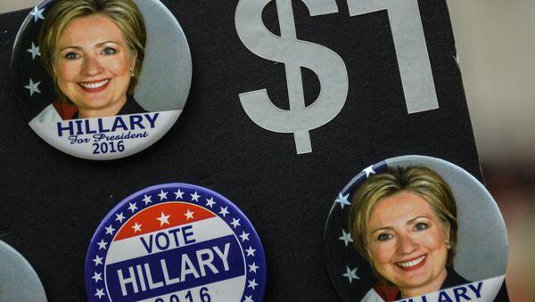 Значки с изображением кандидата в президенты США от Демократической партии Хиллари Клинтон в Нью-Йорке. Архивное фото