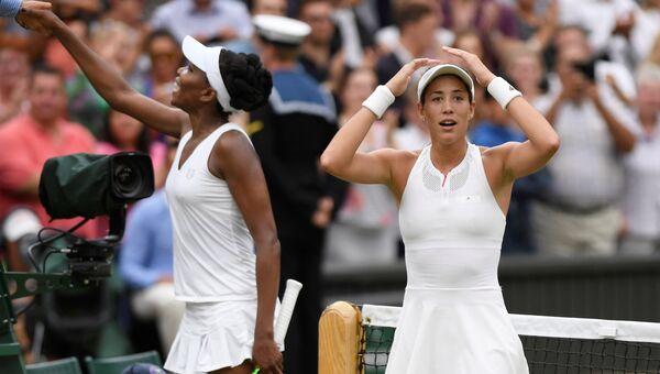 Испанская теннисистка Гарбинье Мугуруса (справа) и американка Винус Уильямс после окончания финального матча Уимблдона. 15 июля 2017