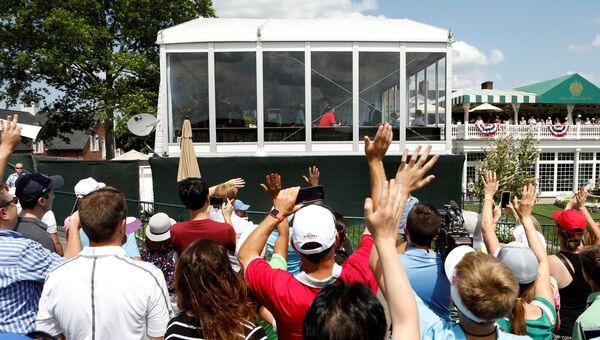 Сторонники Дональда Трампа у его гольф-клуба 15 июля 2017 года