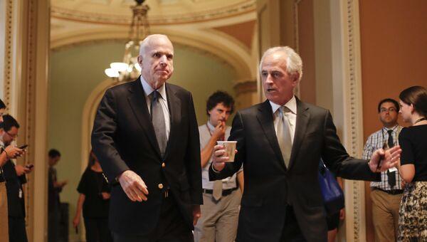 Сенатор Джон Маккейн и сенатор Боб Коркер перед совещанием по законопроекту о здравоохранении