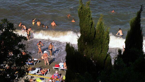 Отдыхающие на пляже в поселке Партенит