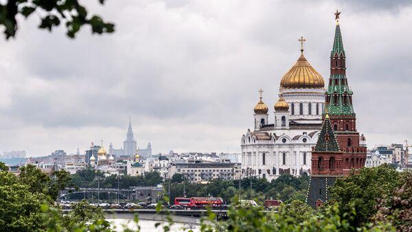 Вид на Кремль и храм Христа Спасителя в Москве. Архивное фото