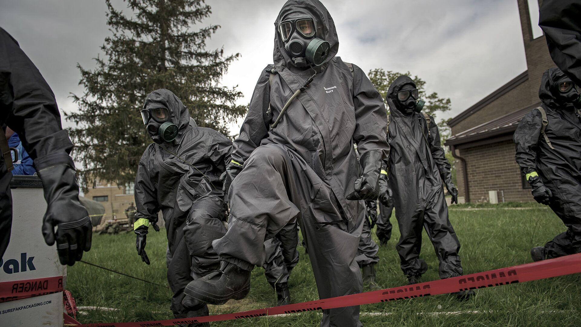 Военнослужащие химико-биологического подразделения армии США во время учений  - РИА Новости, 1920, 24.12.2020