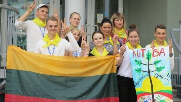 Школьники из города Плунге в летнем лагере в Красногорске