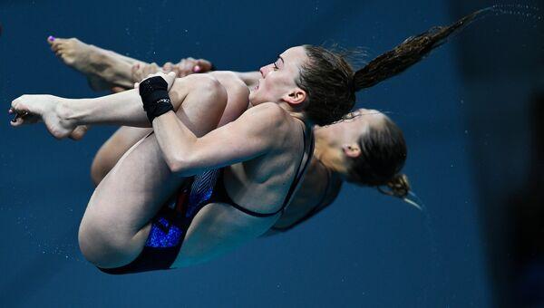 Тоня Коуч и Лоис Тулсон (Великобритания) в финальных соревнованиях по синхронным прыжкам в воду с вышки 10 м среди женщин на чемпионате мира FINA 2017
