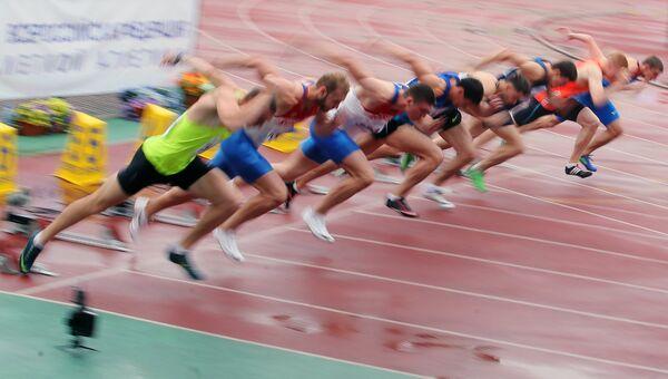 Спортсмены на легкоатлетическом турнире Мемориал братьев Знаменских в подмосковном Жуковском
