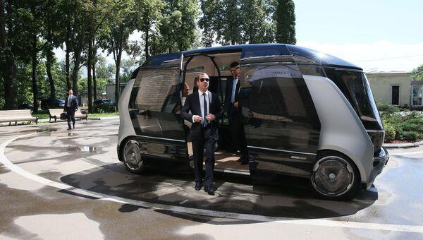 Председатель правительства РФ Дмитрий Медведев во время осмотра беспилотного проекта Шатл в НАМИ