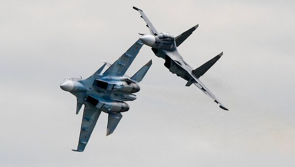 Многоцелевые истребители Су-30СМ во время демонстрационных полетов на Международном авиационно-космическом салоне МАКС-2017 в подмосковном Жуковском