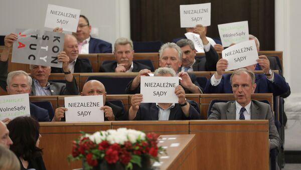 Оппозиционные сенаторы во время сессии сената о верховном судебном законодательстве в польском парламенте в Варшаве. 22 июля 2017
