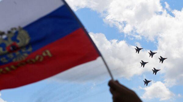 Многоцелевые истребители МиГ-29 пилотажной группы Стрижи выполняют демонстрационный полет на МАКС-2017 в Жуковском. 23 июля 2017