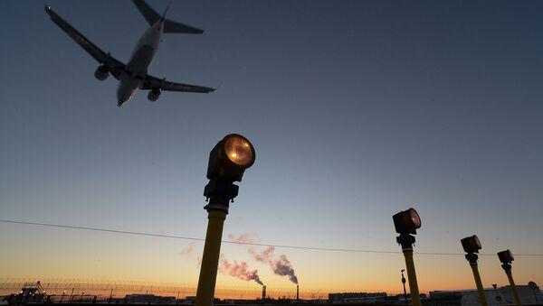 Самолет заходит на посадку в международном аэропорту Внуково