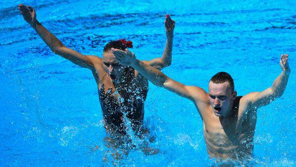 Михаэла Каланча и Александр Мальцев (Россия) выступают в финальных соревнованиях по синхронному плаванию среди смешанных дуэтов на чемпионате мира FINA 2017