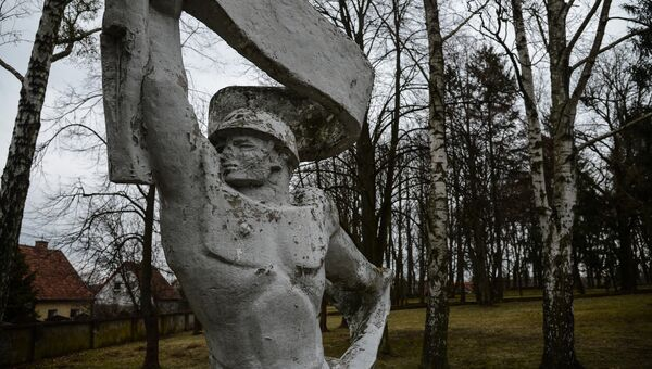 На интернациональном военном кладбище в польском Ольштыне, где похоронены советские и польские солдаты, а также французские летчики эскадрильи Нормандии Неман, погибшие в годы Второй мировой войны. Архивное фото