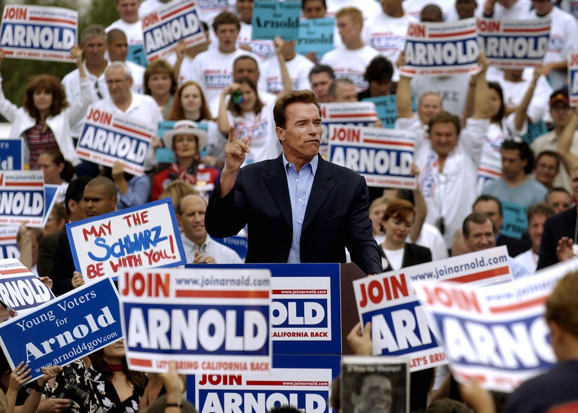 Кандидат на пост губернатора от Республиканской партии Арнольд Шварценеггер на предвыборном митинге в Лос-Анджелесе. 13 сентября 2003 - РИА Новости, 1920, 23.12.2020