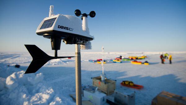 Прибор для измерения силы и направления ветра и влажности воздуха на дрейфующей ледовой станции Барнео в районе Северного Полюса