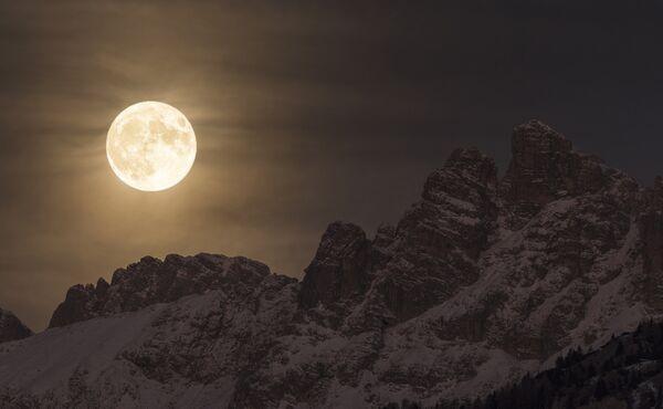 Работа фотографа Giorgia Hofer Super Moon, вошедшая в шорт-лист Insight Astronomy Photographer of the Year 2017