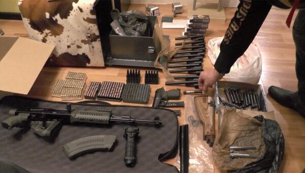 Задержание участников группу неонацистов, торговавших оружием. Кадр оперативной съемки ФСБ