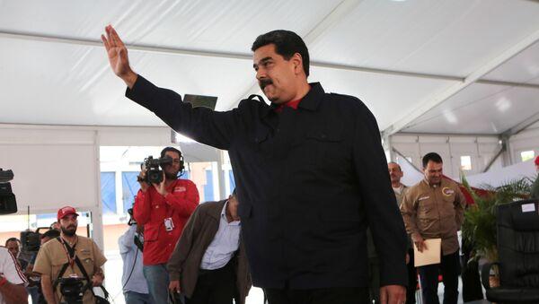 Президент Венесуэлы Николас Мадуро приветствует своих сторонников в Каракасе. 27 июля 2017