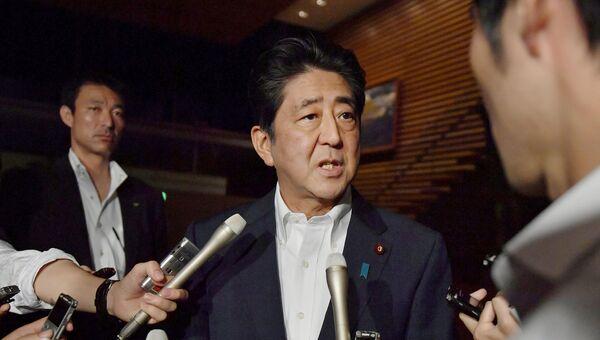 Премьер-министр Японии Синдзо Абэ беседует с журналистами о запуске ракет Северной Кореи. 29 июля 2017