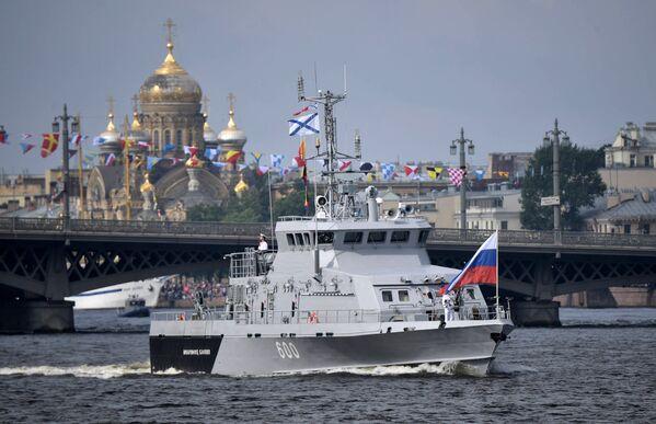 Противодиверсионный катер Юнармеец Каспия во время главного военно-морского парада в честь Дня Военно-морского флота России в Санкт-Петербурге. 30 июля 2017