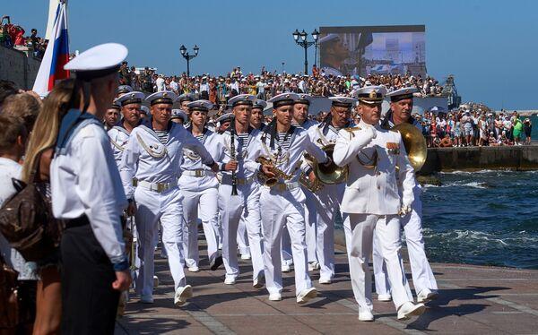 Военнослужащие во время военно-морского парада в честь празднования Дня Военно-морского флота России в Севастополе. 30 июля 2017